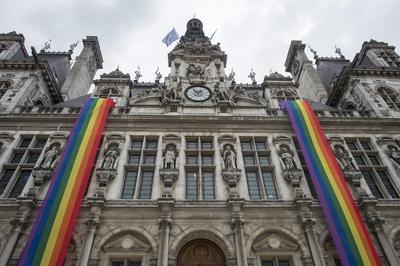 Banderas con los colores del colectivo LGTB decoran la fachada del Ayuntamiento de París, Francia.