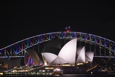 El puente de la bahía de Sídney, Australia, aparece iluminado con los colores de la bandera arcoiris en memoria a las víctimas de la matanza del club de Orlando.