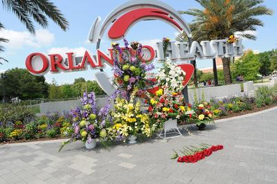 Una ofrenda floral en el Hospital Regional de Orlando donde se encuentran las víctimas del tiroteo de la discoteca.