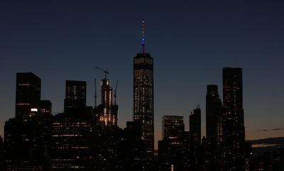 El One World Trade Center se iluminó en homenaje a las 49 víctimas del tiroteo en el centro nocturno de Orlando