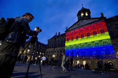 El Palacio Real de Ámsterdam, Holanda, también se iluminó con los colores del arcoíris.
