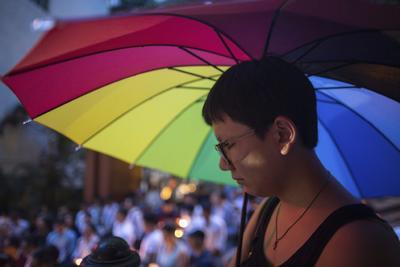 Una persona de Hong Kong durante una vigilia por la matanza de Orlando.
