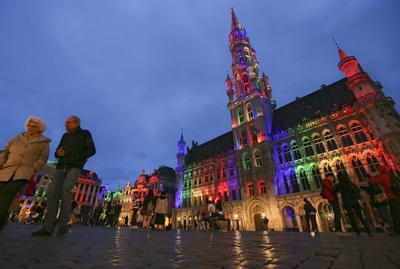 El Ayuntamiento y el Grand Place de Bruselas, Bélgica, iluminado con los colores del arcoíris.