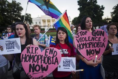En Washington, decenas de personas se reunieron para pedir paz y que pare la homofobia y la discriminación.