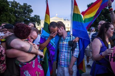 Miembros de la comunidad LGBT lloran a las afueras de la Casa Blanca en Washington.