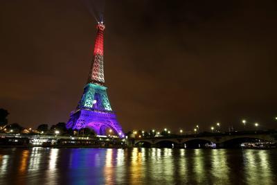 La torre Eiffel, iluminada con los colores del arcoíris en tributo a las víctimas del tiroteo en Orlando.