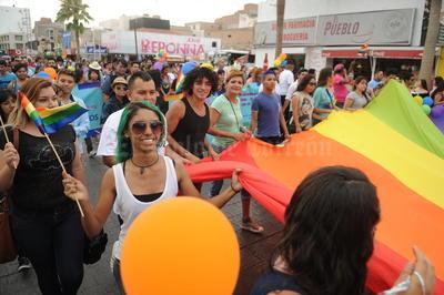 Algunos de los participantes acudieron con vestimentas multicolores que caminando o a bordo de carros alegóricos, partieron a las 19:00 horas de la calle Galeana a un costado del Palacio Federal.