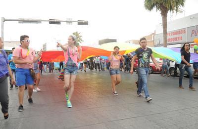 A pesar del intenso calor, la marcha reunió alrededor de 4 mil personas de Torreón y de los distintos municipios que conforman la Comarca Lagunera.