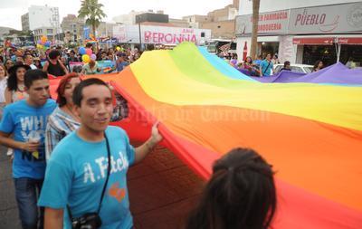 """En el desfile destacó una enorme bandera multicolor con la leyenda """" Libres de culpas y fanatismos"""" que era sostenida por algunos de los organizadores, entre ellos Raymundo Valadez."""
