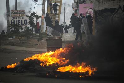 Los manifestantes respondían de la misma manera, con cohetes y arrojando cócteles molotov.