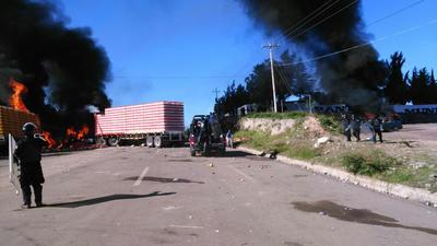 Los manifestantes incendiaron algunos tráileres de empresas privadas para impedir el avance de los policías.