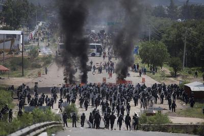 Un operativo desplegado para liberar la circulación en la autopista Oaxaca-Puebla --a la altura de la comunidad de Nochixtlán, ubicada a 1 hora y 15 minutos de la capital oaxaqueña-- derivó en una batalla campal.