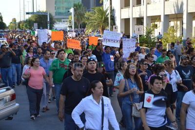 Las autoridades municipales contabilizaron cerca de 5 mil personas, entre ciudadanos y maestros.