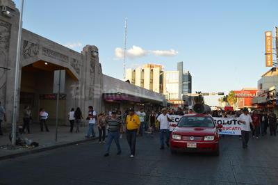 Los manifestantes hicieron un recorrido por la avenida Juárez pasando por la Plaza Mayor hasta llegar a la Plaza de Armas.