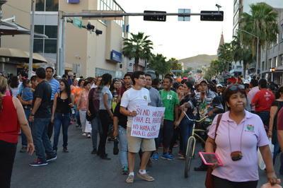 La marcha inició en el Museo Francisco Sarabia de Lerdo y concluyó en la Plaza de Armas de Torreón.