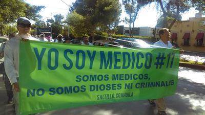 Un grupo de cincuenta médicos marcharon por las principales calles de Saltillo para manifestarse en contra de la Reforma de Salud, y pedir que se deje de criminalizar.