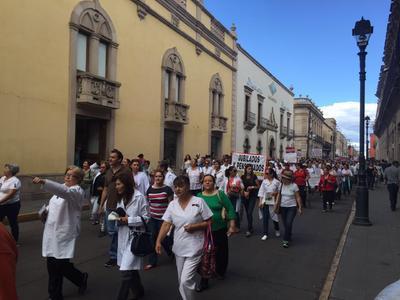 """Los manifestantes no ocultaron su molestia con varias de las reformas promovidas en esta gestión de Enrique Peña Nieto, presidente de la República. """"¡Fuera Peña!"""" era una de las consignas."""