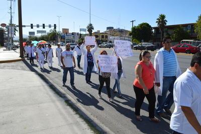 Los médicos mostraron pancartas y letreros en los que pidieron a la ciudadanía su comprensión, además de que mostraron su apoyo al movimiento nacional de protestas que se ha extendido en redes sociales con la etiqueta #YoSoyMédico17.