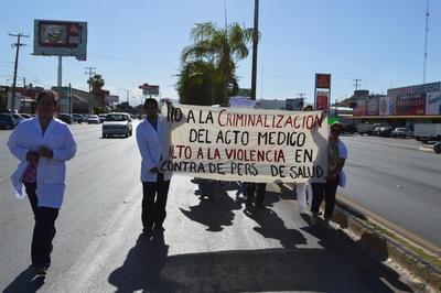 Fue a las 18:00 horas que los galenos manifestantes se reunieron en el estacionamiento de un centro comercial, ubicado sobre el bulevar Miguel Alemán entre ambas ciudades; desde ahí realizaron un recorrido con dirección a Torreón.