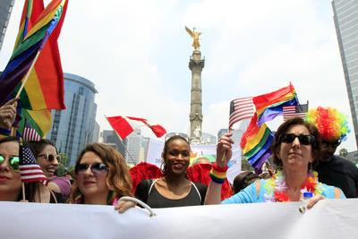 """En el discurso inaugural, padres y madres homosexuales con hijos adoptados clamaron por el fin de la """"supremacía heterosexual""""."""