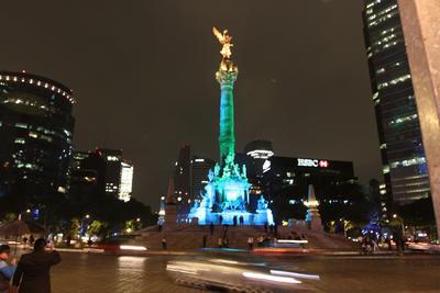 El Ángel de la Independencia se iluminó desde ayer viernes con cada uno de los colores de la bandera del arcoíris.