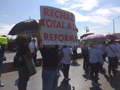 En la manifestación participan además personal del sector Salud y organizaciones sociales. Se prevé que finalice en la Plaza Mayor de Torreón.