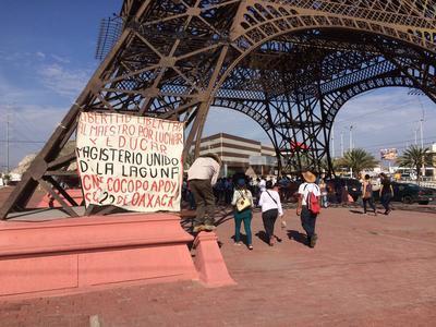 En la Torre Eiffel se colocaron pancartas.