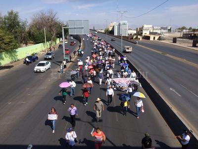 Maestros laguneros salieron a las calles para realizar una marcha de Gómez Palacio a Torreón, en apoyo al gremio magisterial de Oaxaca y en rechazo a la Reforma Educativa del presidente Enrique Peña Nieto.