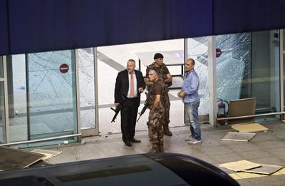 Una empleada del aeropuerto relató a una emisora que una de las explosiones sucedió justo en la entrada al terminal de salidas internacionales.