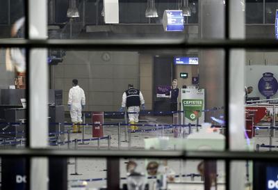 Policías investigan la escena tras el atentado.
