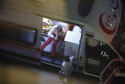 Medio centenar de ambulancias se han desplazado al lugar y según los medios turcos los taxistas han comenzado a trasladar a los heridos a los hospitales.