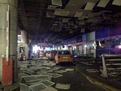 Se registraron tres explosiones dentro del aeropuerto.