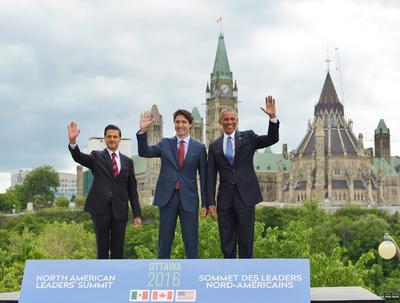 Los tres mandatarios se tomaron la fotografía oficial en la Terraza de la Galería Nacional.