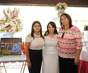 26062016 POR CASARSE.  Karla Denisse Gallegos Pérez acompañada de su mamá, Gloria Pérez Bernal, y su suegra, Alejandra García de la Hoya, en la despedida de soltera que se le organizó por su compromiso matrimonial con Andrés Martínez García.