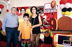 26062016 FELIZ CUMPLEAñOS.  Yani Jardón Boone acompañado de su mamá, Marcela Boone,  y sus abuelitos, José Ángel y Ana María Boone.