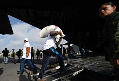 El avión de la Secretaría de la Defensa Nacional (Sedena), con matrícula 3516, salió del aeropuerto de Huejotzingo, Puebla, cargado con 100 toneladas de maíz.