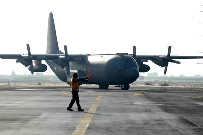 Un avión Hércules del Ejército Mexicano arribó ayer al aeropuerto de Puerto Escondido con productos básicos para distribuirlos en las tiendas comunitarias.