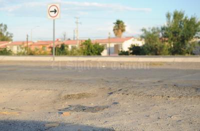 Del lado de la avenida Heriberto Ramos la carpeta asfáltica está llena de baches.