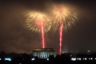 Miles de estadounidenses se reunieron a ver los fuegos artificiales.