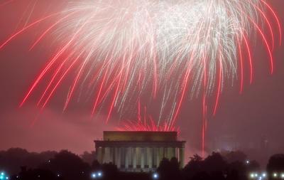 Los fuegos pirotécnicos lucieron majestuosos en el Lincoln Memorial Center en Washington.