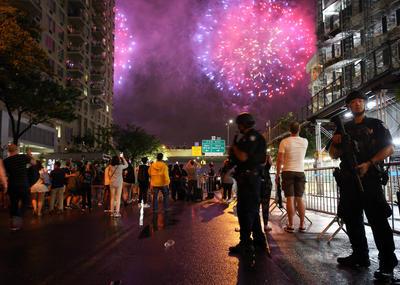 Policías en Nueva York vigilan que haya seguridad en las calles durante el festejo de la independencia.