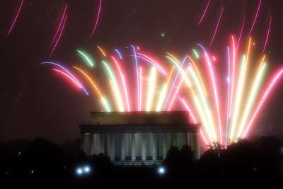 Se prendieron fuegos artificiales en el Lincoln Memorial  de Washington con motivo del 4 de julio.