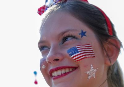 Una chica festeja el Día de la independencia con maquillaje alusivo a la bandera de Estados Unidos.