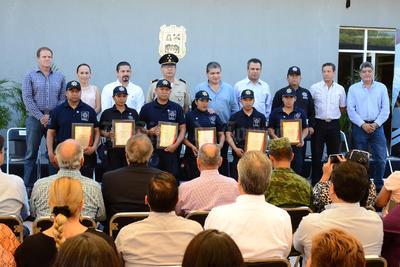 Los policías reconocidos recibieron distintivos.