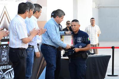 Se les entregaron los reconocimientos a los oficiales.