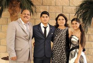 03072016 CONCLUYE ETAPA ESCOLAR.  Francisco Javier López González acompañado de sus papás, Francisco López Gutiérrez y Liliana González González, y su hermana, Lucero López González.
