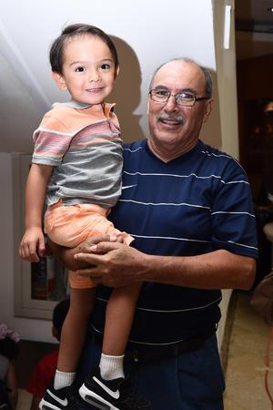 02072016 Alejandro con su nieto, Alejandro.
