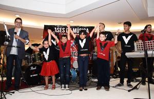 02072016 Los alumnos estaban de lo más contentos por participar en el espectáculo.
