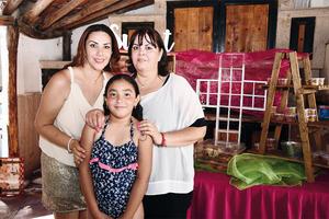 03072016 COMULGA POR VEZ PRIMERA.  Sofía Martínez Ramírez con su mamá, Daniella Ramírez Ruiz, y su abuelita y madrina, Ivonne Ruiz Humphrey.