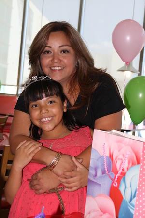 04072016 MUCHAS FELICIDADES.  Valeria García Castro en la fiesta que se le organizó por sus ocho años de vida. En la imagen, la acompaña su mamá, Conny Castro.